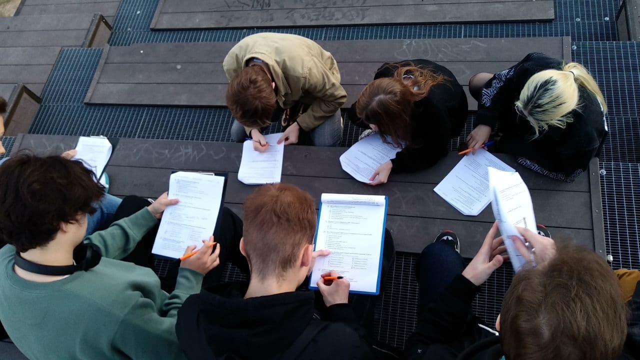 Граждане участвуют в социологическом опросе АКСИО, Москва. 10 мая 2021 года