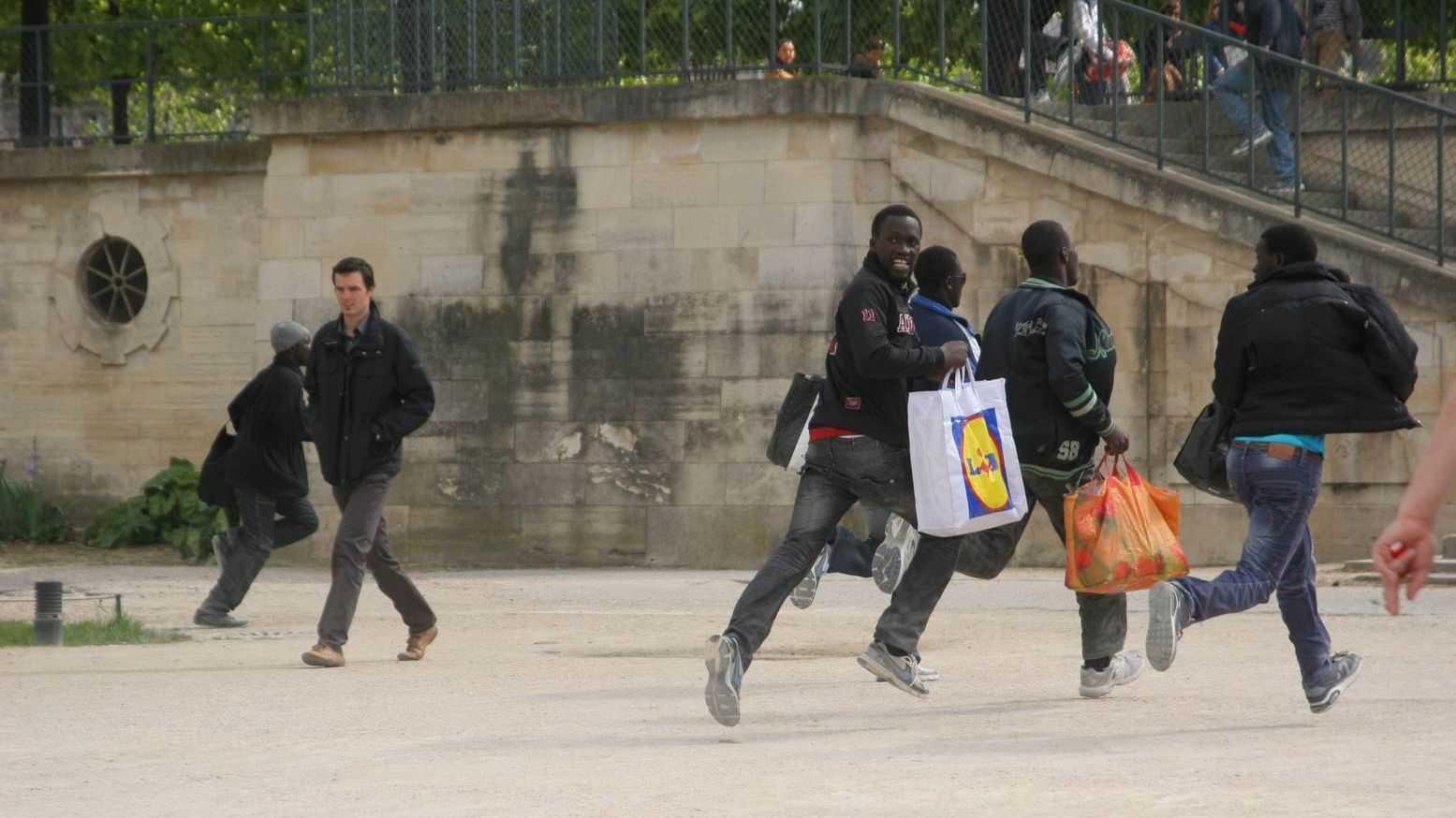 Торговцы-нелегалы убегают от полиции