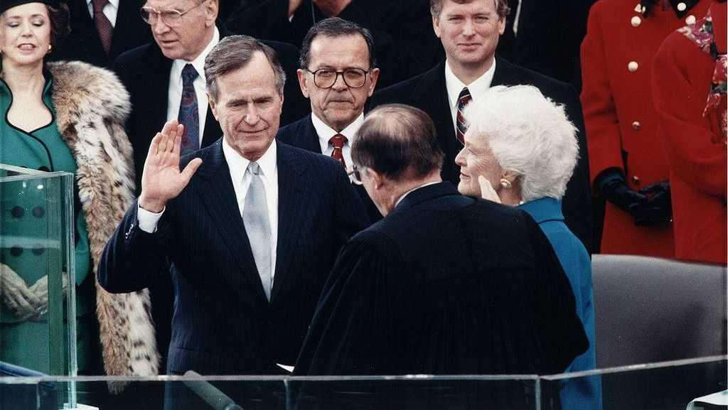 Главный судья США Уильям Ренквист принимает присягу Джорджа Буша-старшего при инаугурации на Капитолии, 20 января 1989