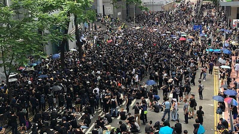 Протестующие у здания штаб-квартиры гонконгской полиции