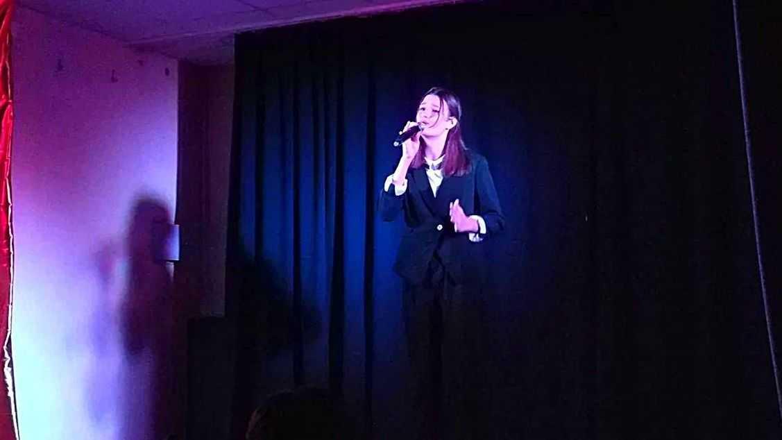 Колодий Ксения исполняет песню «Спасибо, ребята»