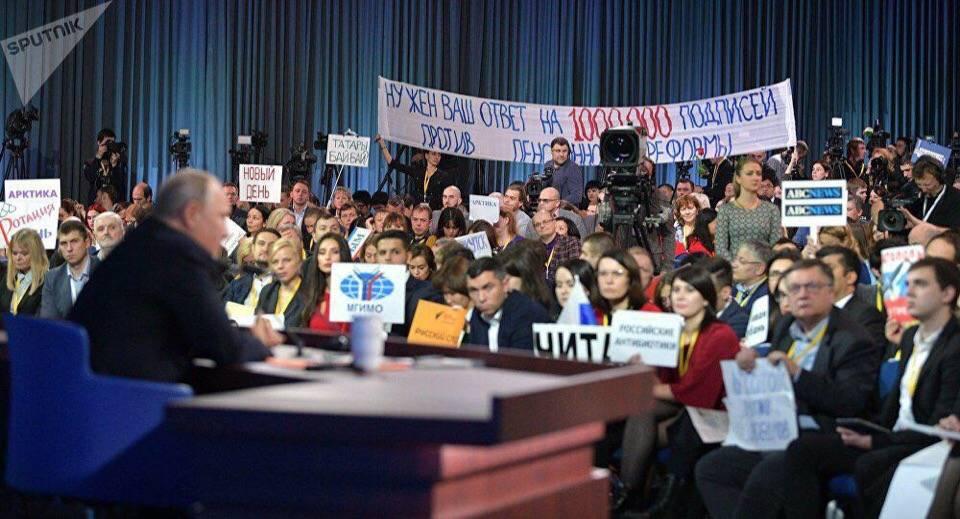 Транспарант на ежегодной пресс-конференции Владимира Путина. 20 декабря 2018 г.