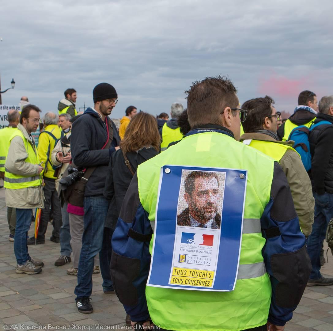 Надписи на листовке: «Свобода? Равенство? Братство!», «Банановая Республика. Полицейская брутальность. Все задеты. Всех это касается»