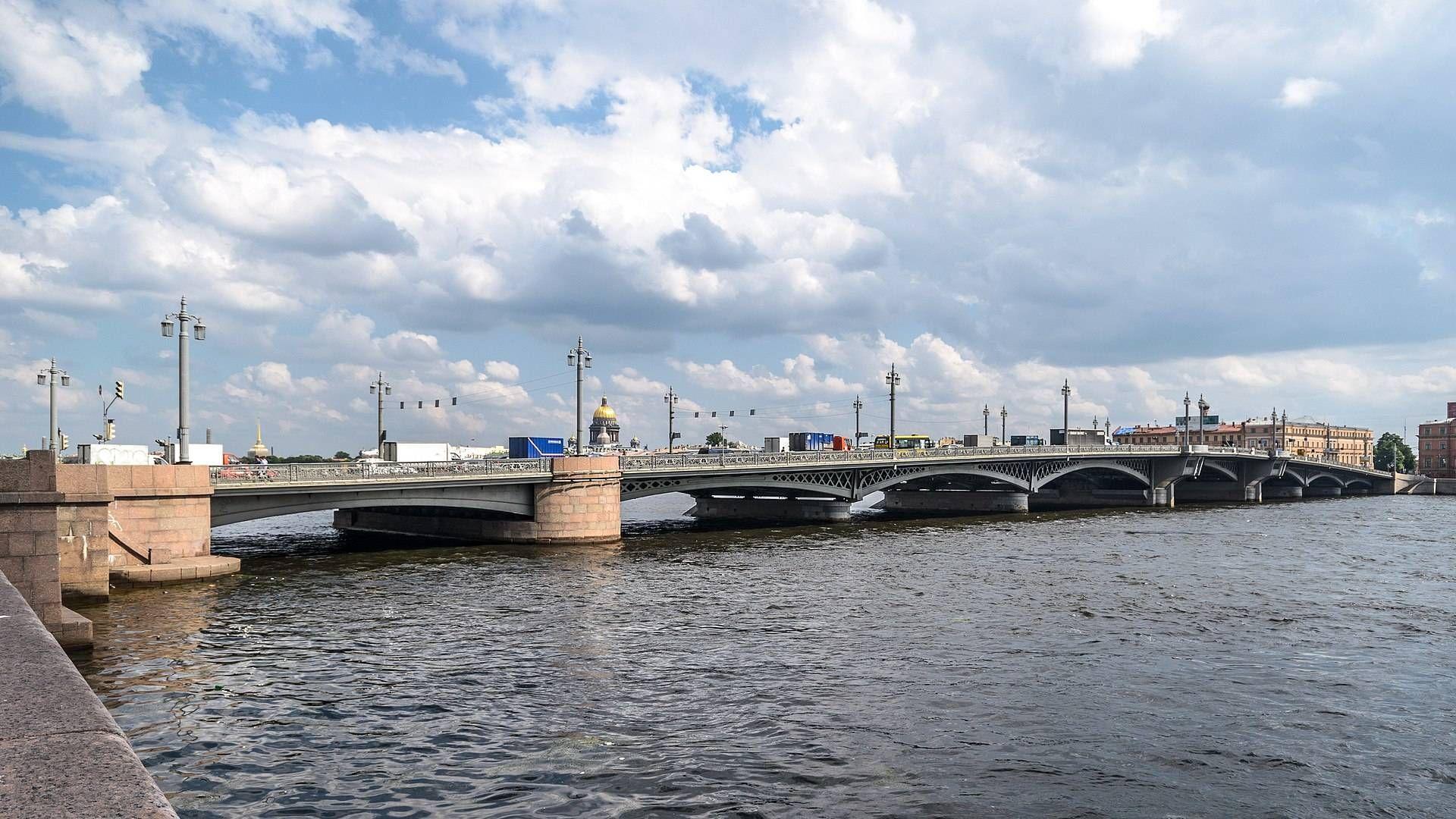 Благовещенский мост в Санкт-Петербурге, вид с набережной Лейтенанта Шмидта