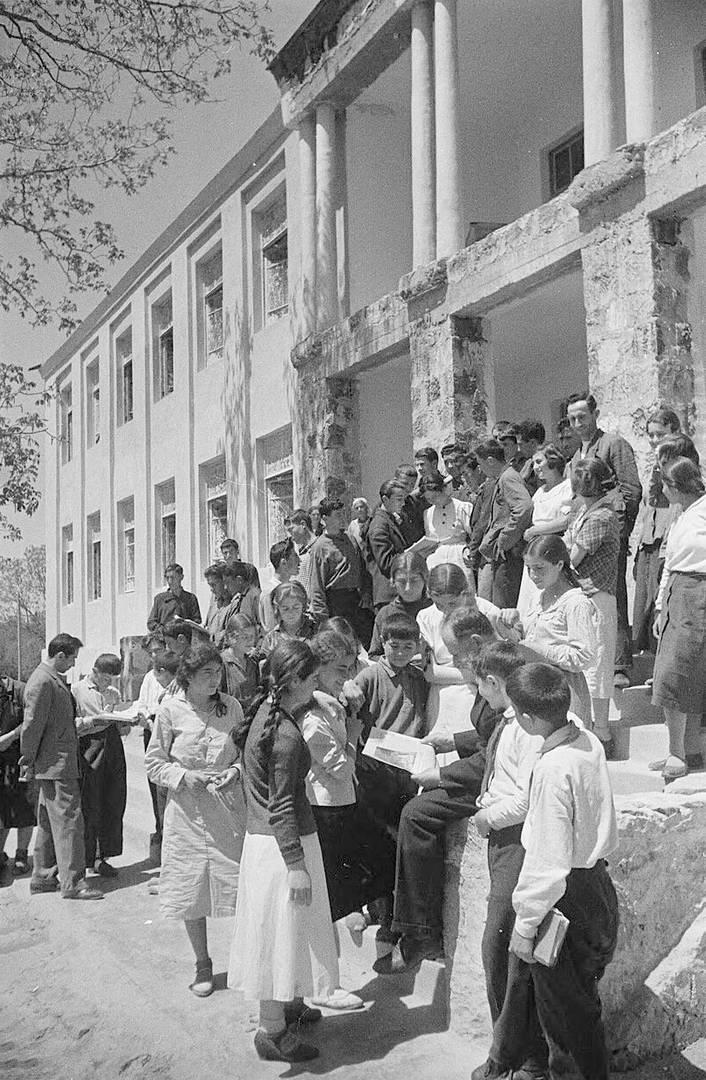 У строящейся школы Юного техника в Конде. Ереван. 1939 г.