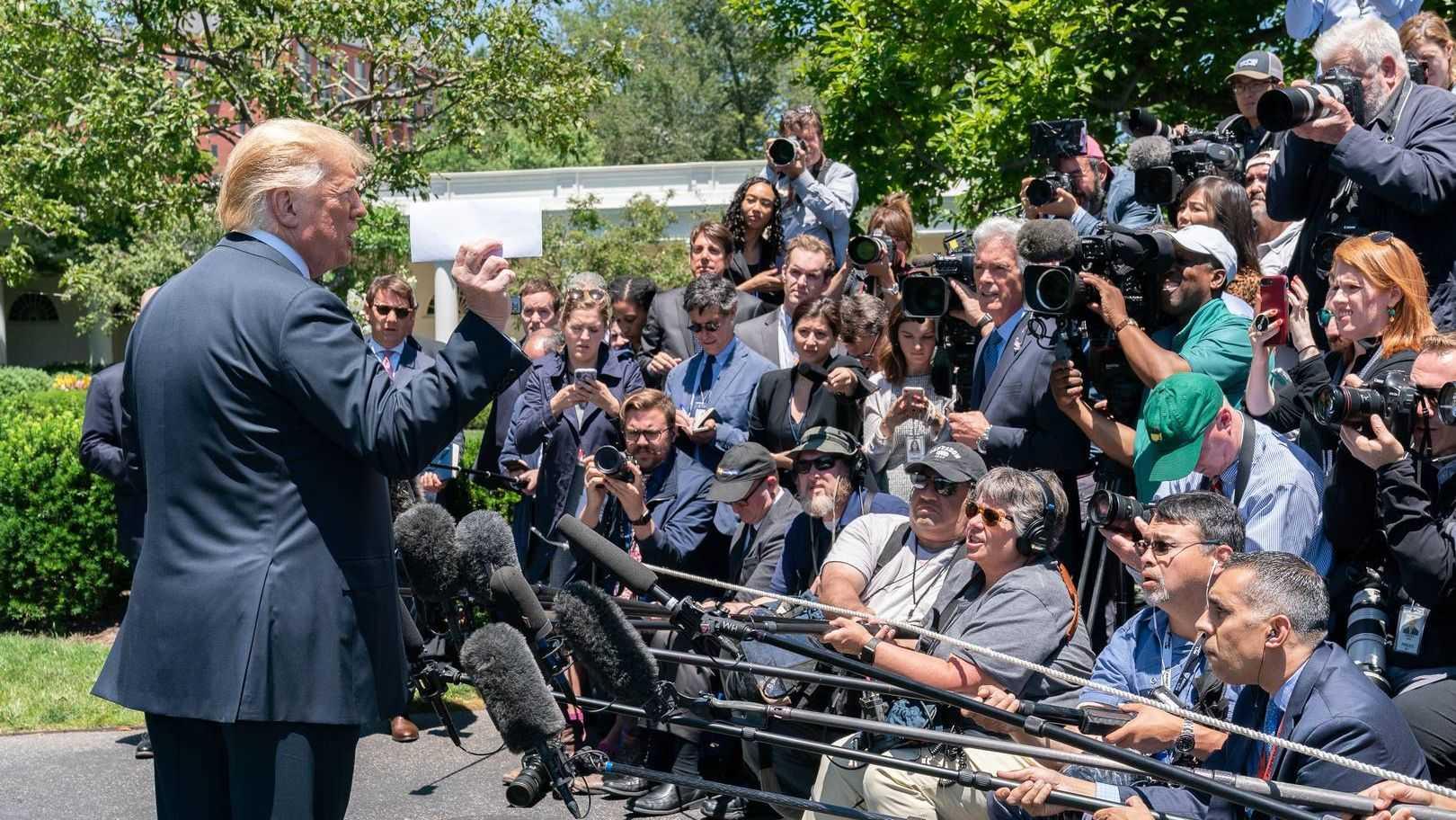 Дональд Трамп держит сложенный лист бумаги, который он назвал соглашением Соединенных Штатов с Мексикой