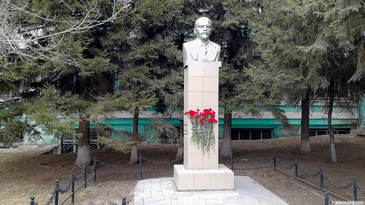 Памятник В. И. Ленину. Территория завода «Электросигнал». Новосибирск. 22.04.2018