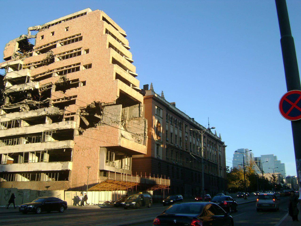 Разбомбленное в 1999 г. здание Министерства обороны Югославии в центре Белграда