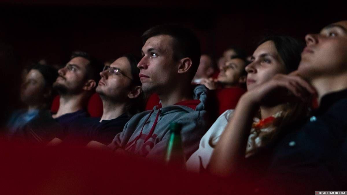 Зрители смотрят «Годовщину революции»