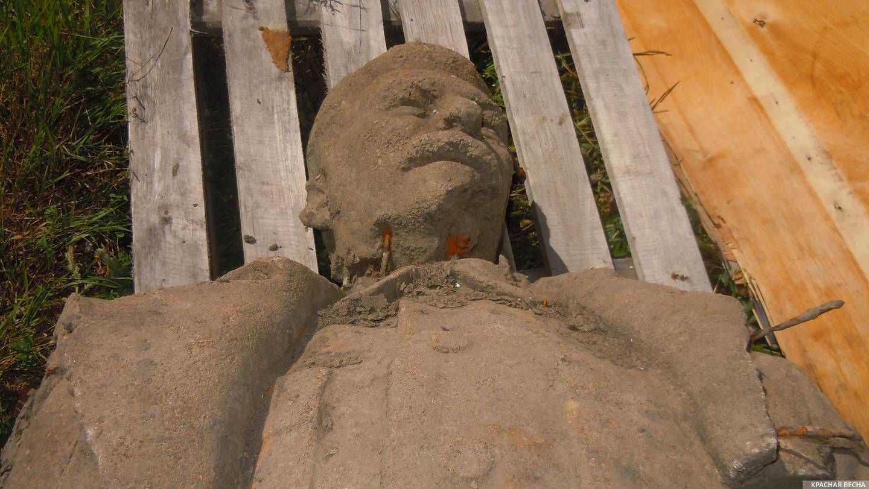 Верхний фрагмент памятника Сталину