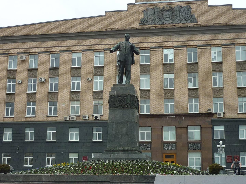 г. Орел. Памятник В.И. Ленину на одноименной площади у здания областной администрации