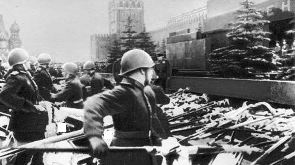 Фашистские штандарты к подножью Мавзолея. 1945