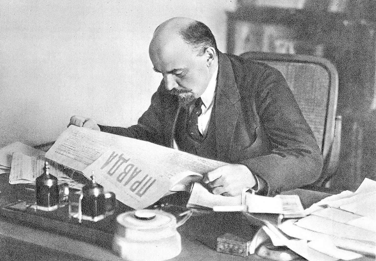 Ленин читает «Правду»