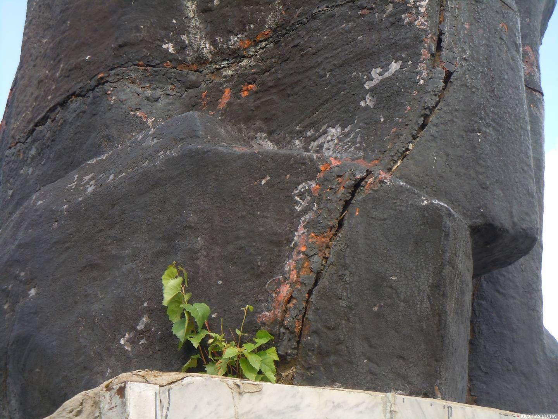 Фрагмент памятника на центральной площади в Кусе