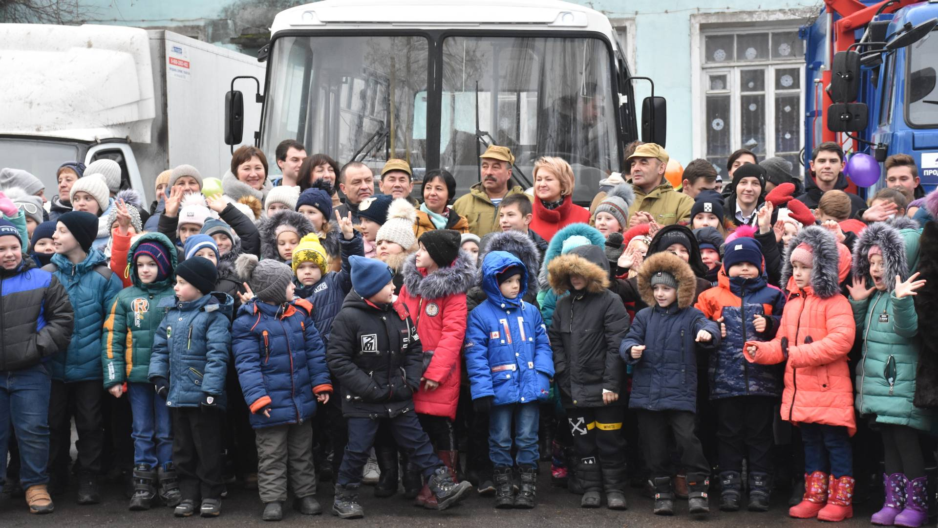 Дети 22 школы города Петровское с гостями из Башкирии на фоне подаренного автобуса