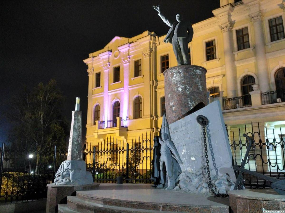 Памятник Ленину в Новороссийске на ул. Портовая