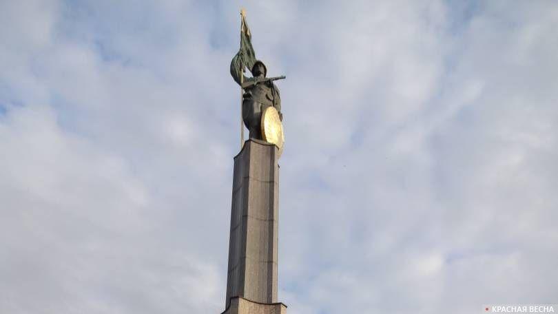 Памятник советским воинам на площади Шварценбергплац