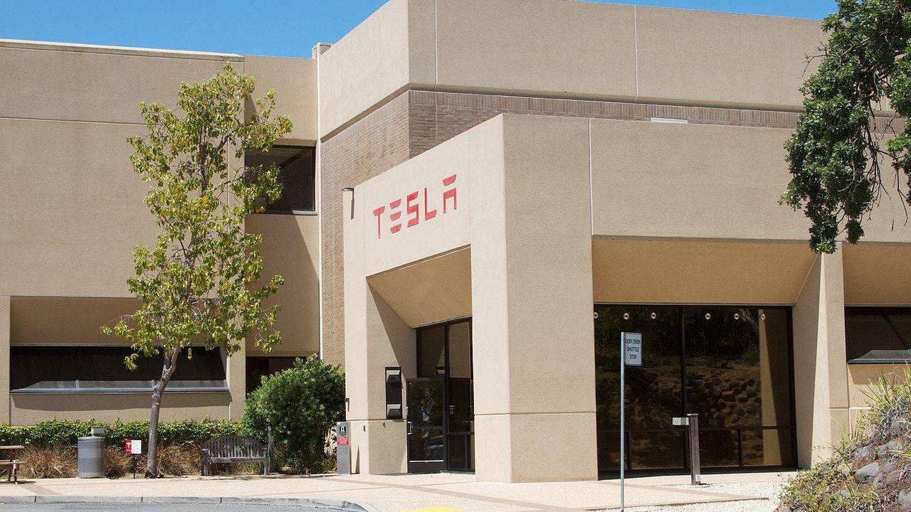 Tesla (ранее Tesla Motors) — американская компания, производитель электромобилей