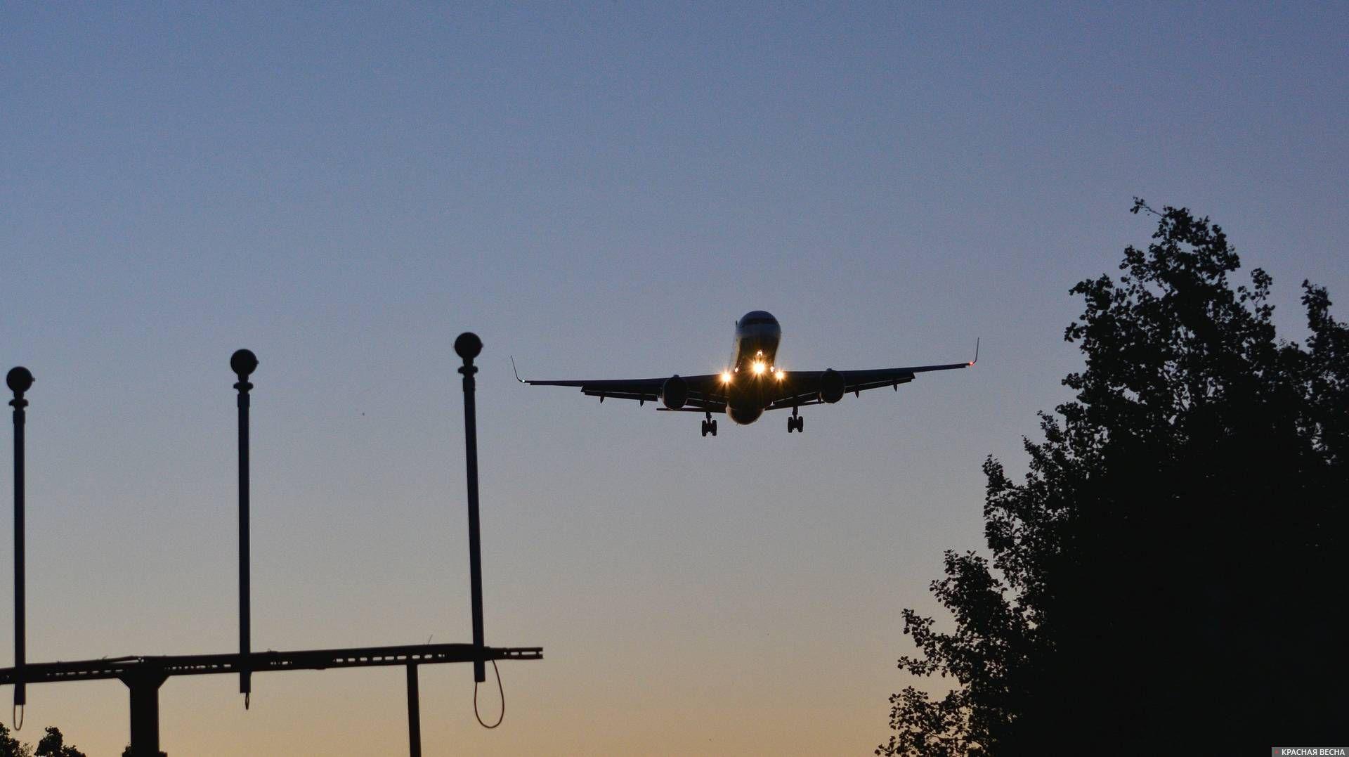 Авиалайнер заходит на посадку