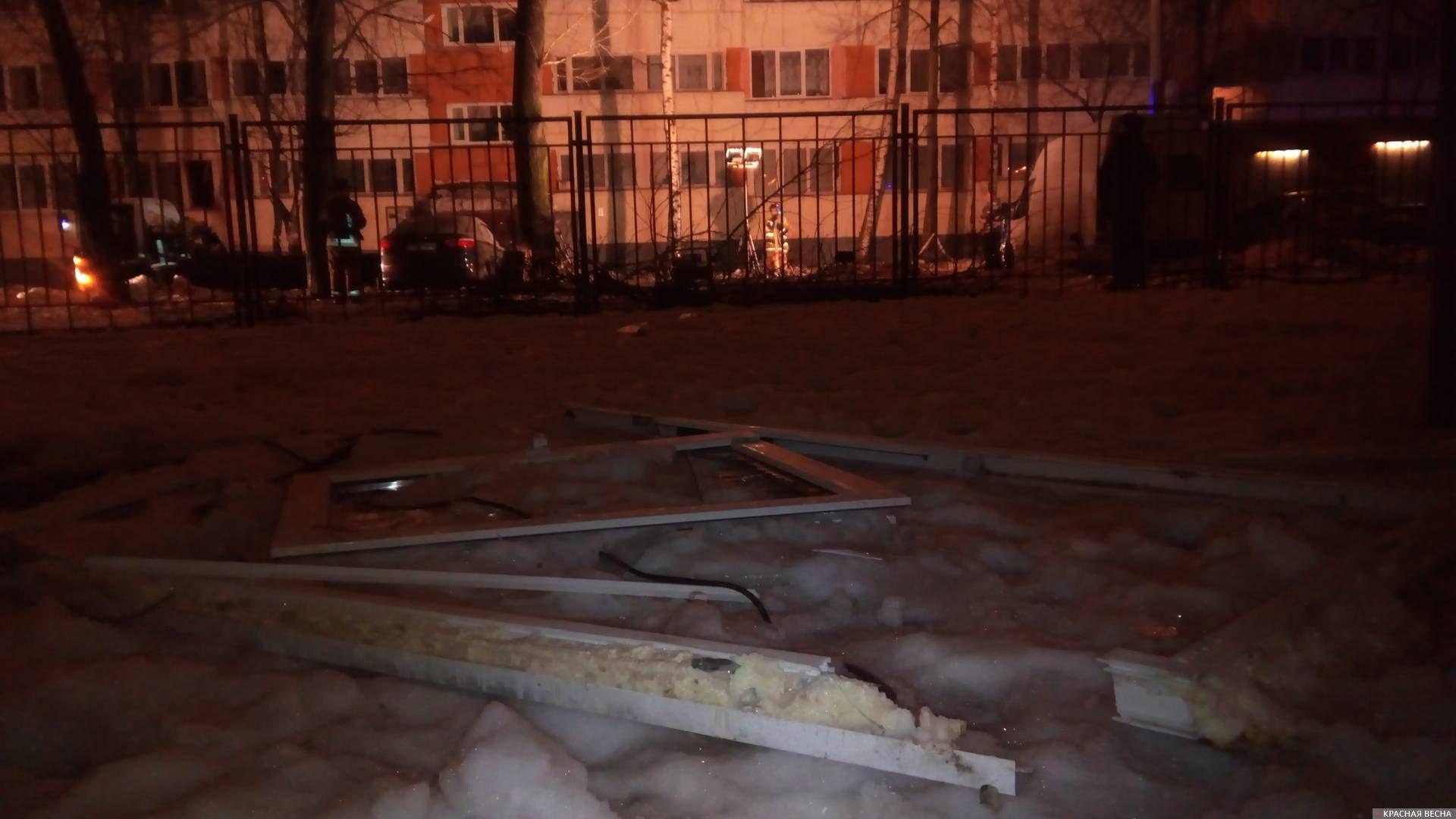 Обломки рамы на территории гимназии № 399