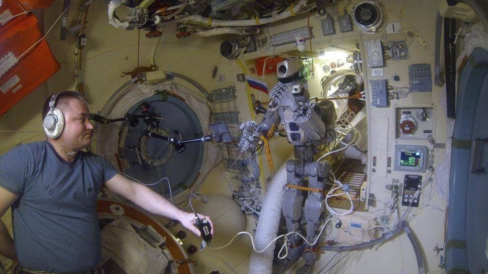 Александр Скворцов управляет роботом