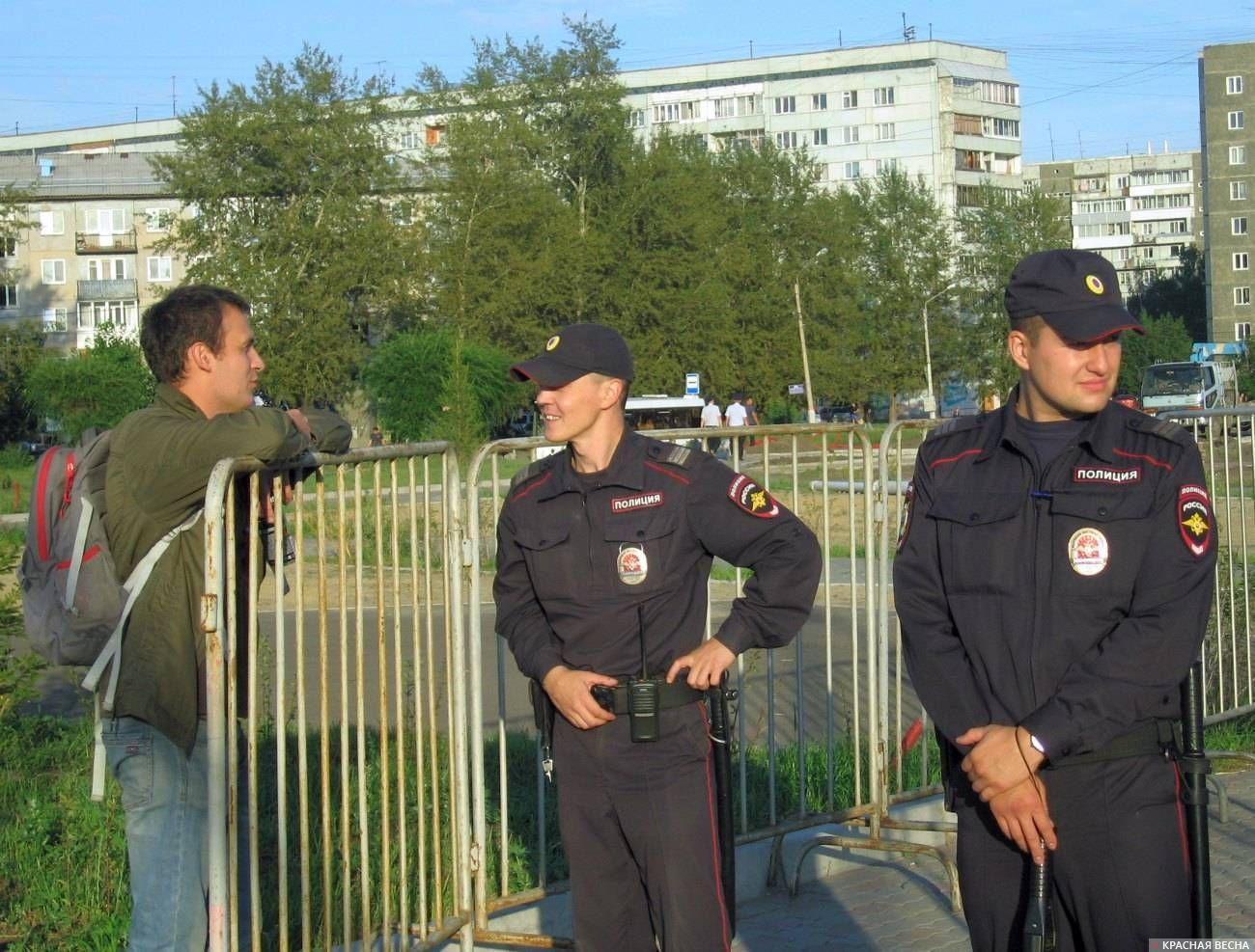Полицейские на оппозиционном митинге