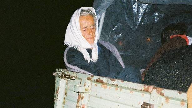 Пожилая беженка эвакуируется от хорватских войск на тракторе. 1995 год
