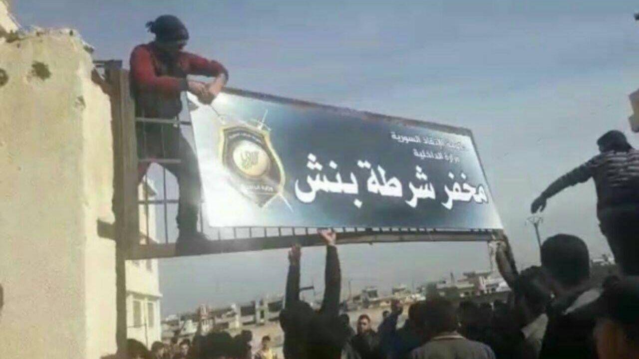 Демонстранты крушат блокпост террористов в Бинниш