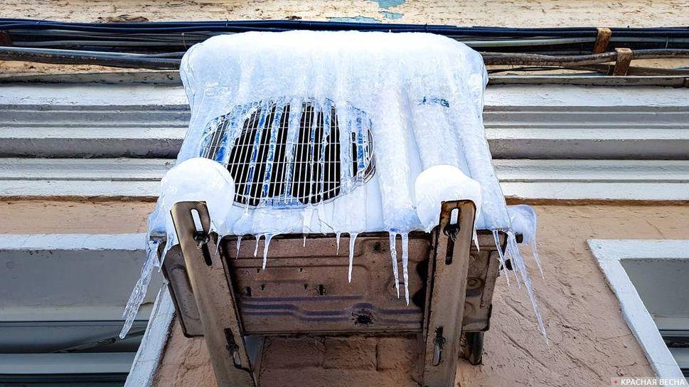 Замерзший кондиционер. Сосульки