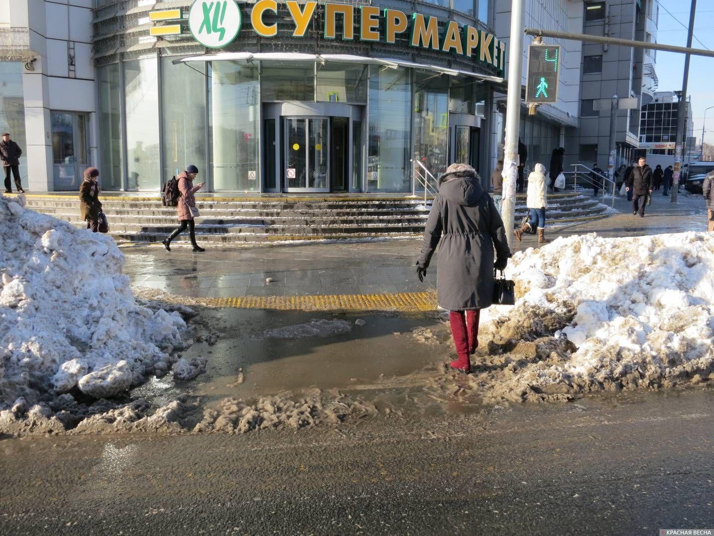 Москва. Сокольники. Пешеходный переход. Лужи и замшевые сапожки