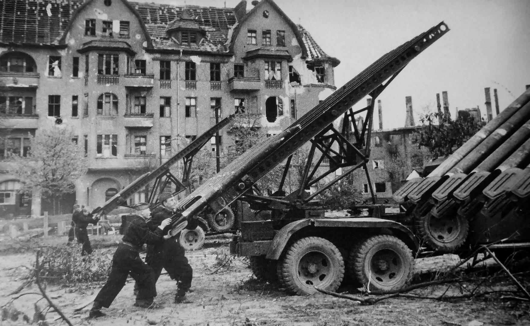 Марк Редькин. Советские артиллеристы готовят к залпу реактивный миномет БМ-13 «Катюша» во время боев в Берлине. 29 апреля 1945 г.