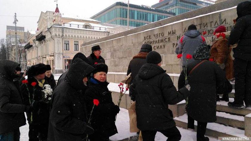 Возложение цветов к памятнику Ленина. Екатеринбург