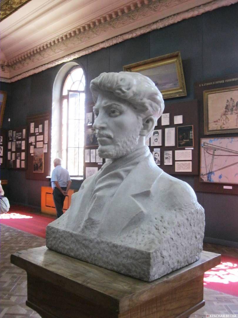 Бюст молодого Сталина