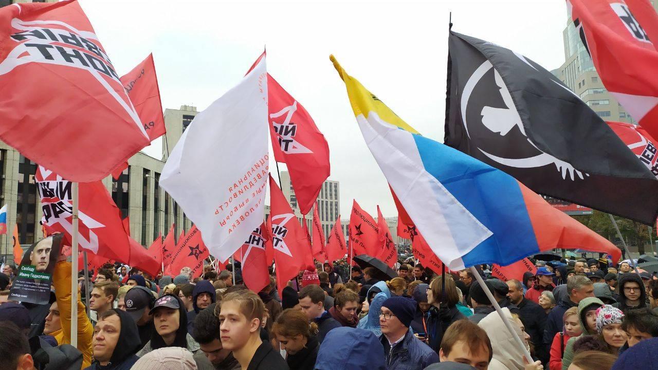 Все флаги в гости к либералам. И анархисты. И