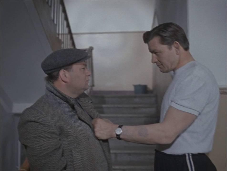 «Я говорил тебе: с лестницы спущу?»
