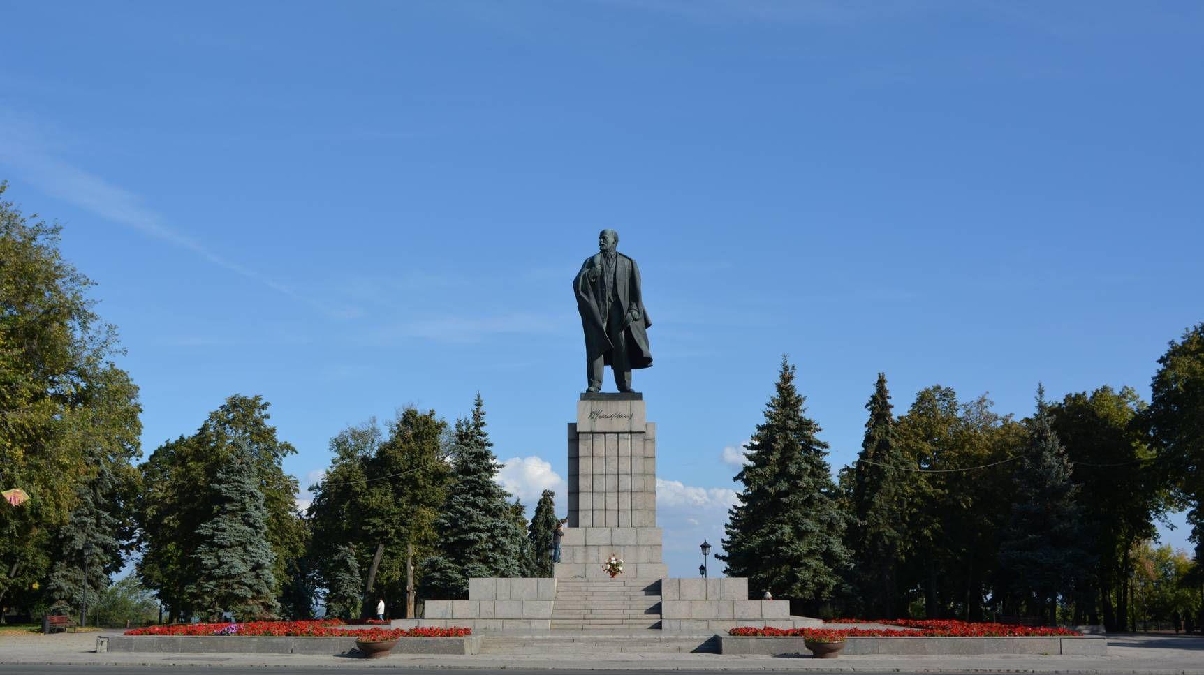 Памятник Владимиру Ильичу на площади Ленина в Ульяновске