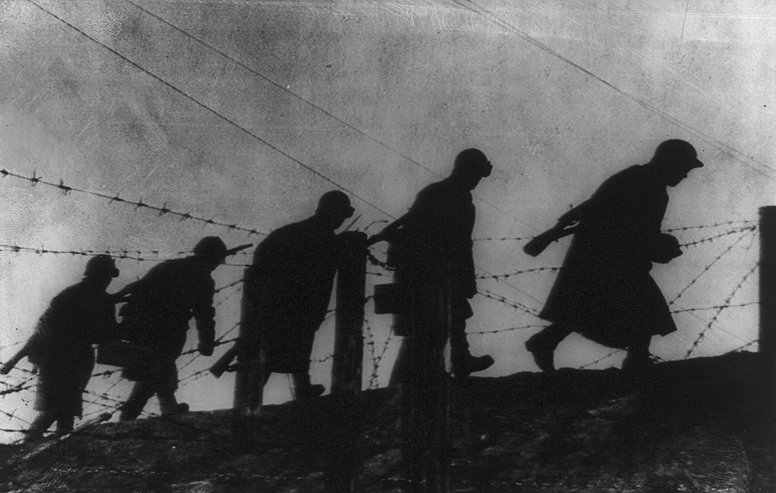 Борис Уткин. Саперы Красной Армии идут вдоль заграждения из колючей проволоки под Ленинградом. 1941
