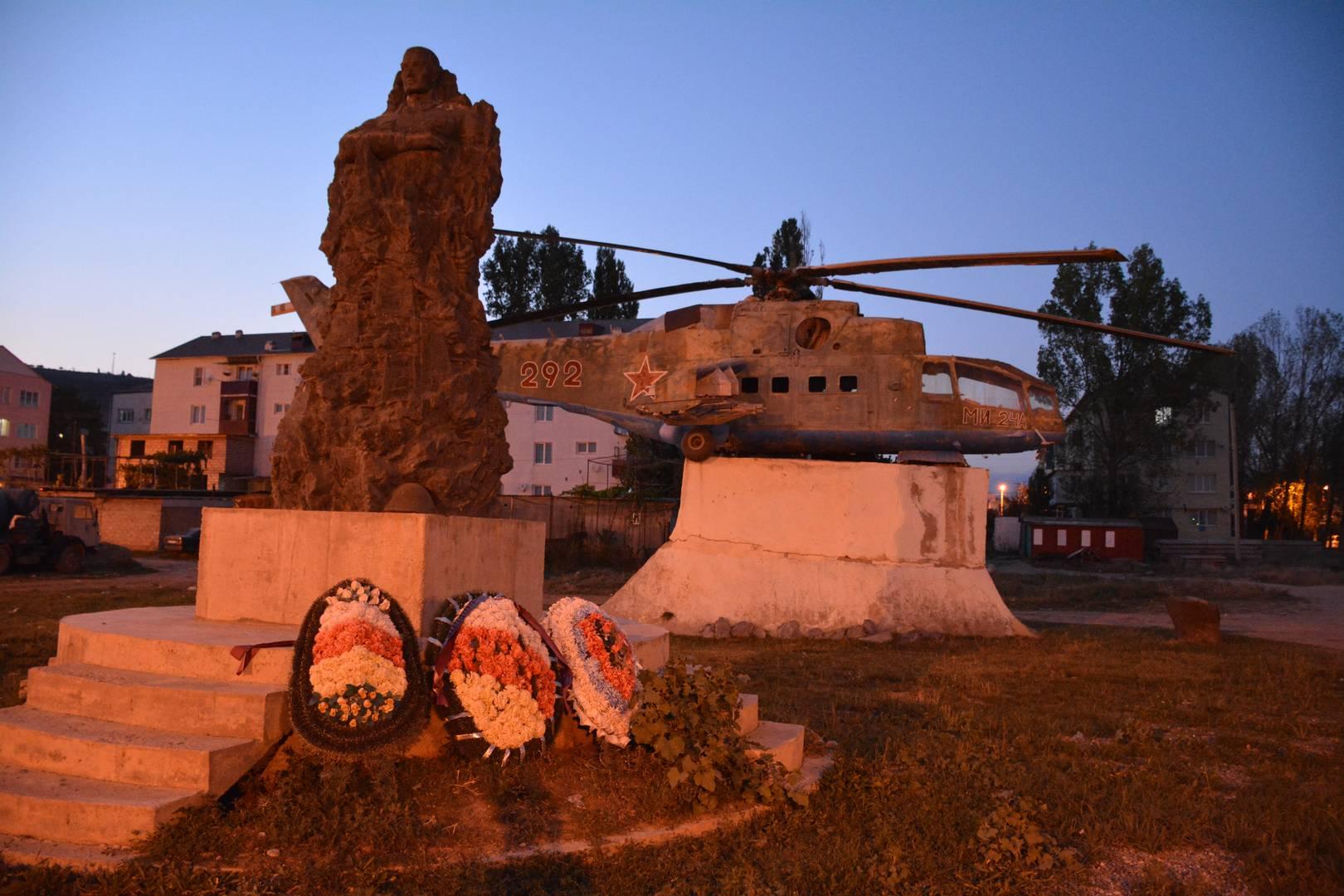Памятник погибшим в Афганистане воинам вертолетного полка