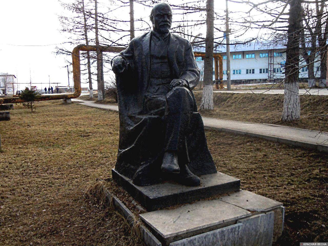 Памятник Владимиру Ильичу Ленину около районной администрации г. Кусы. Челябинская область. Установлен в 1970 г