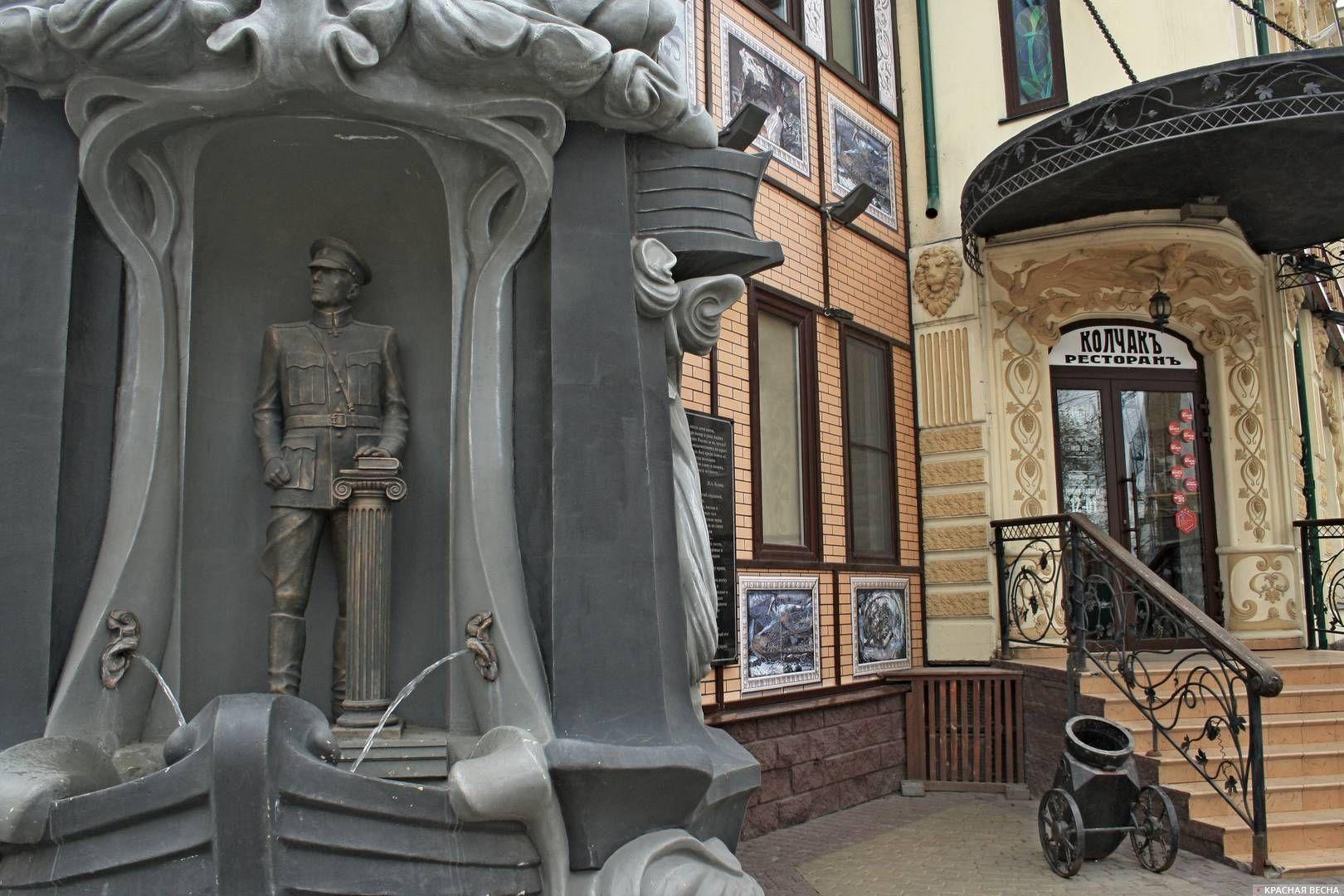 Статуя Колчака у ресторана «Колчак». Омск