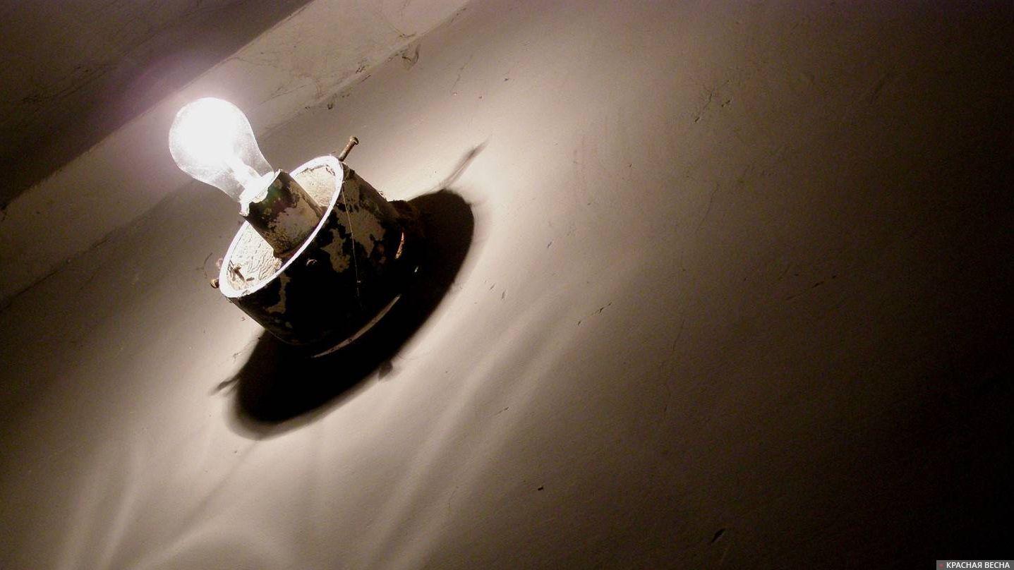 Лампочка на стене в подъезде.