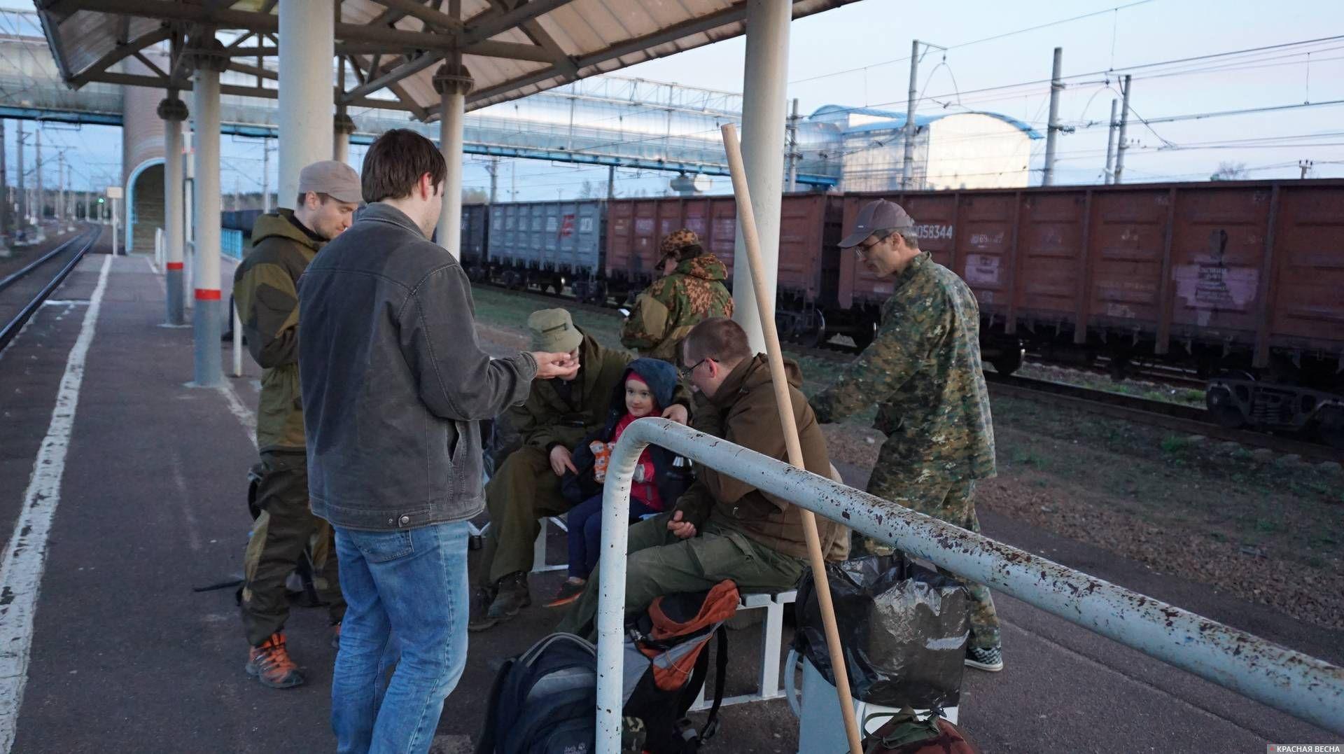 Участники праздничного похода на платформе станции Каннельярви. Ленинградская область