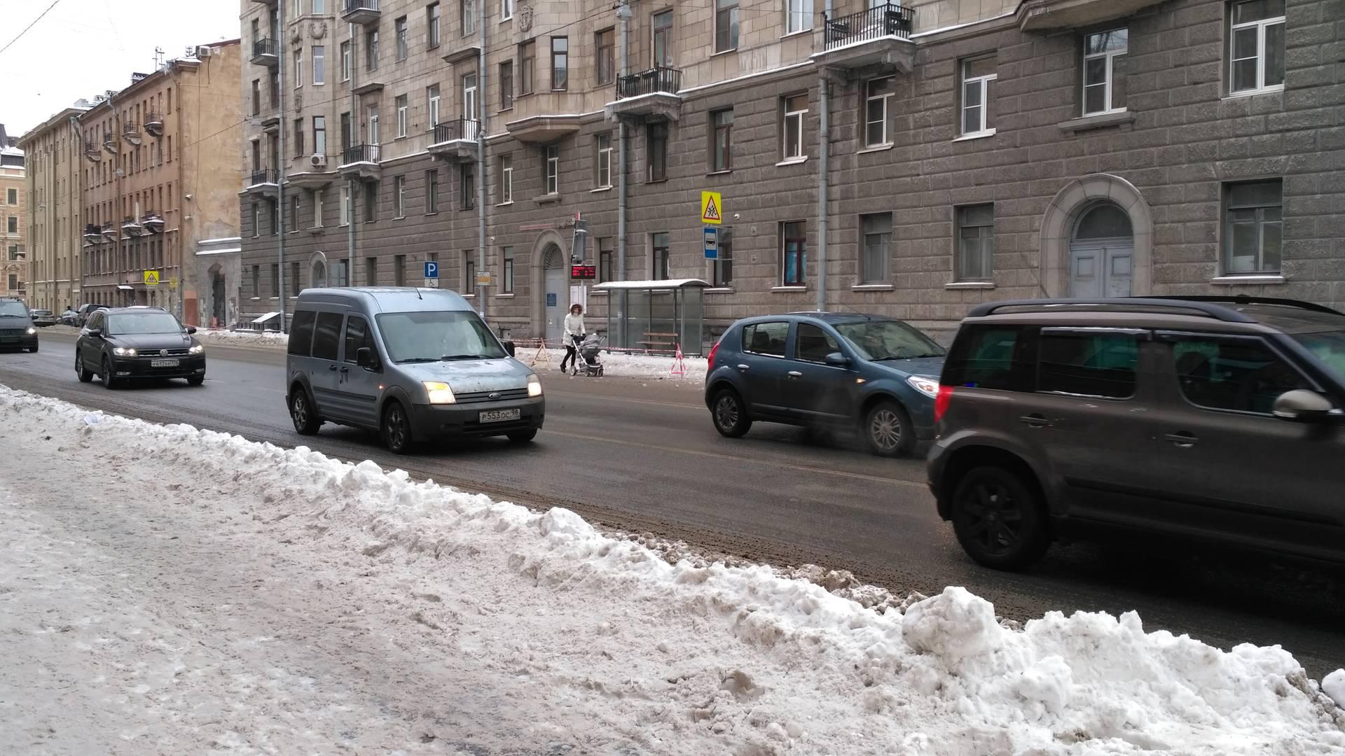 Дама с коляской вышла на встречку из-за уборки снега с крыш. Санкт-Петербург