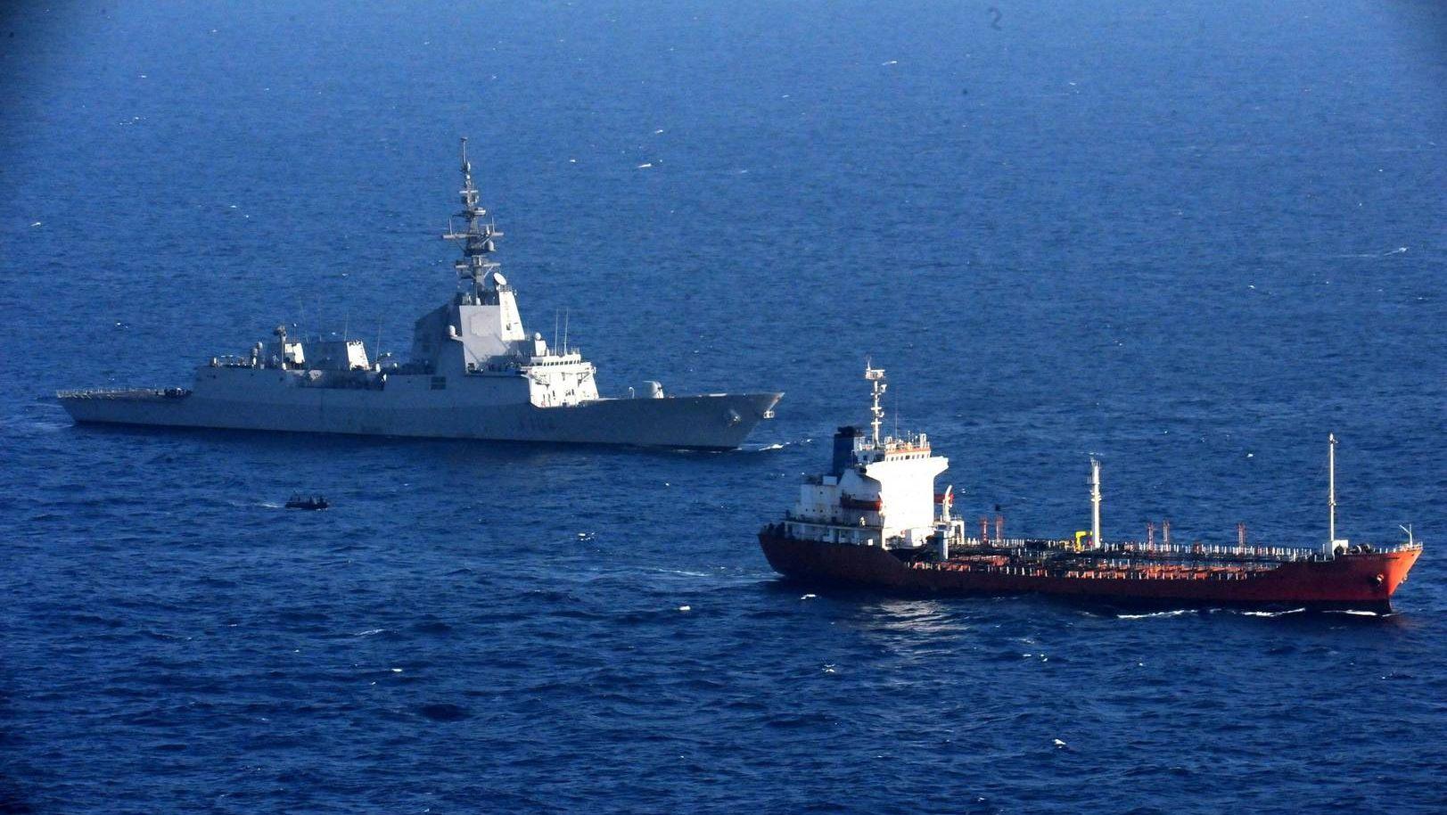 Танкер и военный корабль