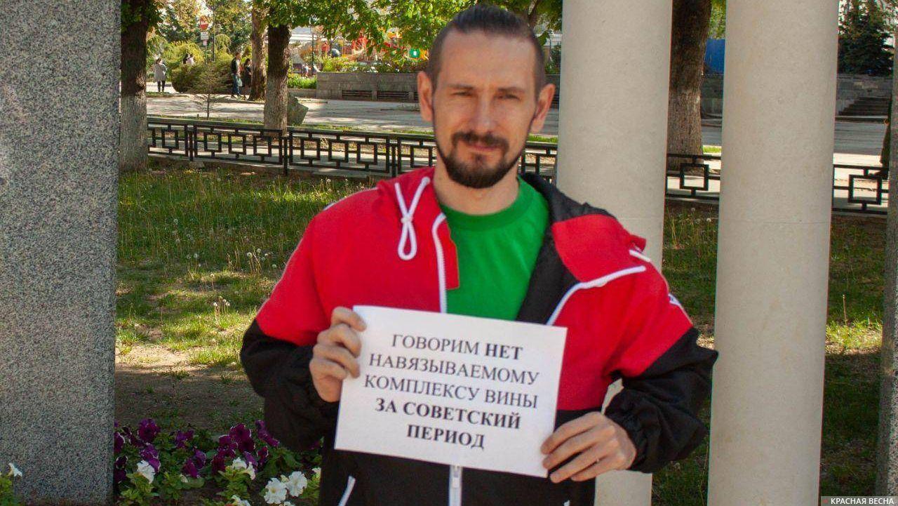 Одиночный пикет против переименования улиц в Симферополе на пл. Ленина
