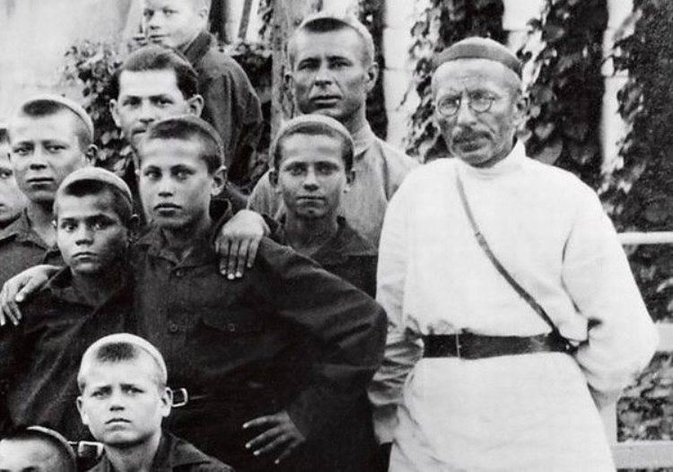 А.С. Макаренко с воспитанниками