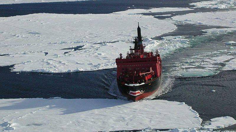 Атомный ледокол Ямал. Вид с вертолёта