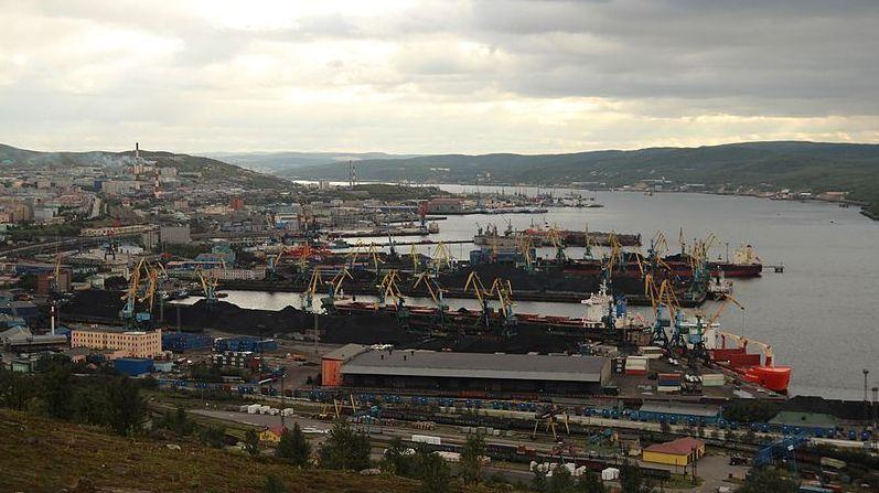 Разлив нефти произошел урыбного порта Мурманска при буксировке танкера