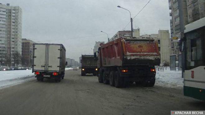 Санкт-Петербург. Проспект Наставников. Самосвалы ждут снегоуборочную технику