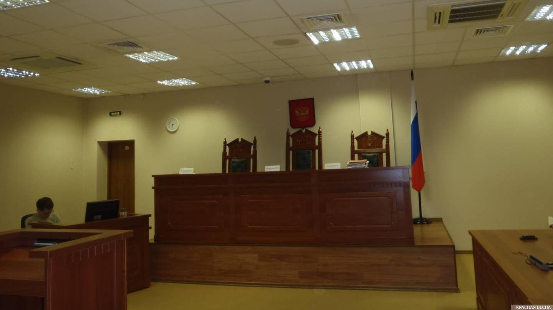 Суд . Кресла судей